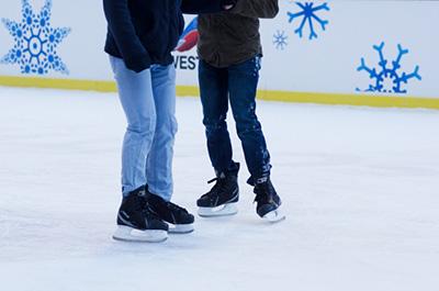 明治神宮外苑でアイススケート スケートで持って行った方が良いものは?
