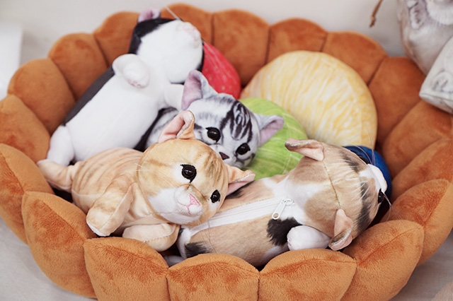 フェリシモ猫部 スイーツにゃんこクッションに猫が入る